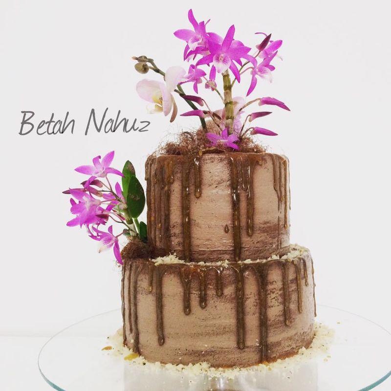 Drip cake chocolate e orquídeas