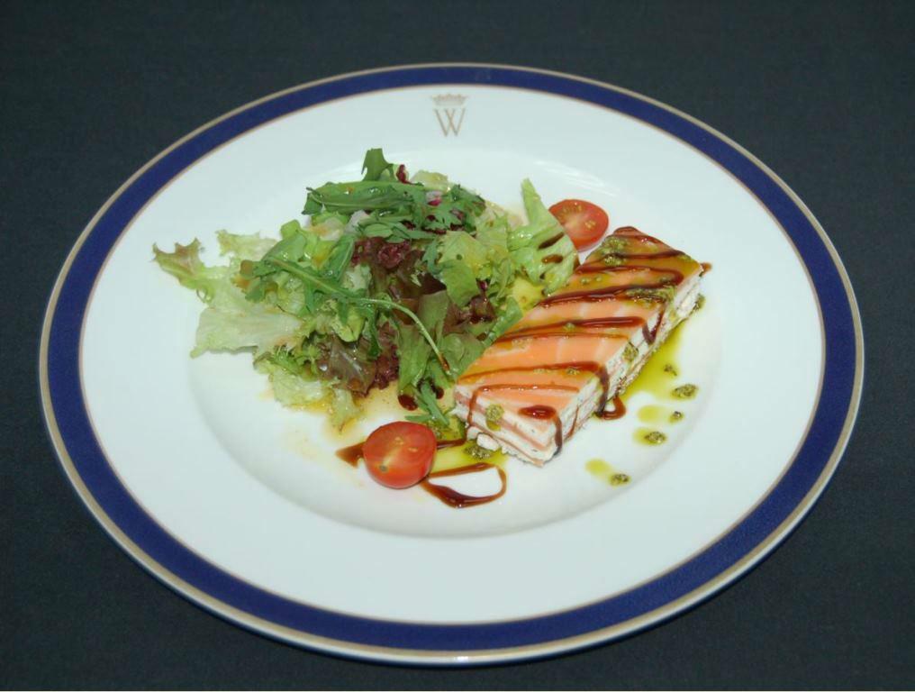 Milhojas de salmon ahumado y queso fresco al pesto con botes de lechugas