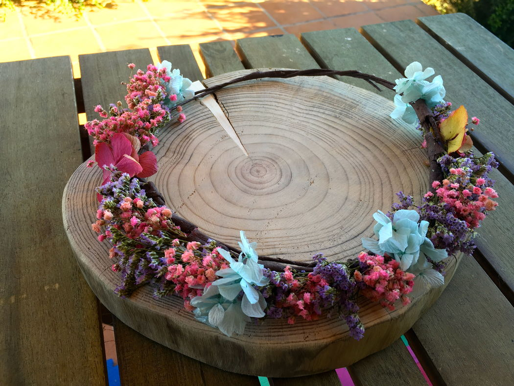 Corona de novia con flores preservadas.
