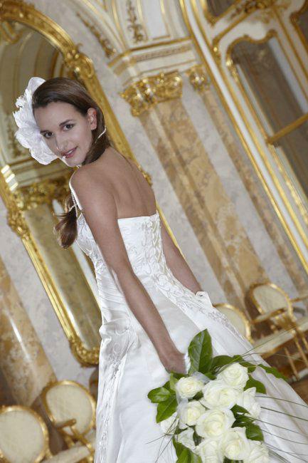 Beispiel: Brautkleid mit passendem Kopfschmuck, Foto: Lia Brautmoden.