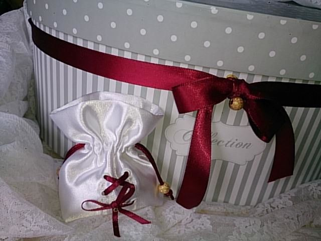sachet dragées satin blanc et lacet bordeaux fermeture d'une queue de rat bordeaux perlée perle or