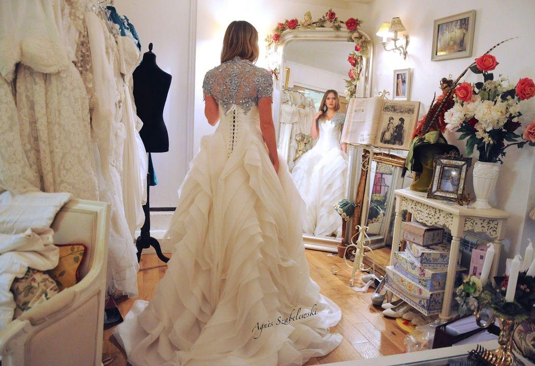 Robe de mariée Ecume, multiples plissés d'organza de soie et dentelle rebrodée en argent Agnès Szabelewski