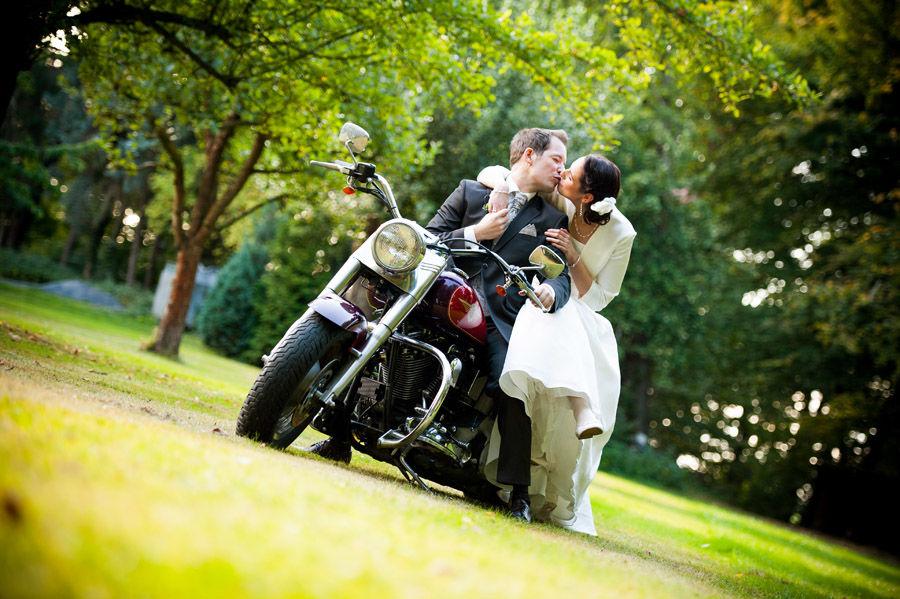 Beispiel: Auf dem Motorrad, Foto: Hochzeitsfotografie Thomas Göbert