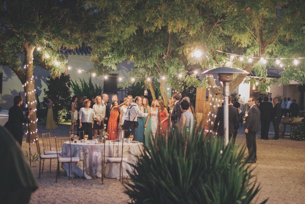La cuidada iluminación de los árboles centenarios, con el tronco rodeado con luces de navidad, multitud de velas colgando y las guirlandas de bombillas tipo verbena, proporcionan un ambiente cálido y romántico