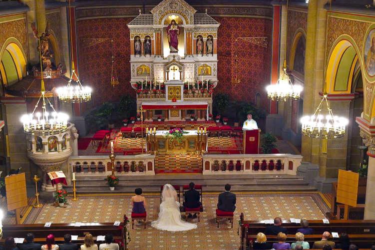 Geheime Plätze entdecken ... Klassische Trauung in einem besonderen Kirchenjuwel in Wien (Fotocredit: Dean Vrakela)