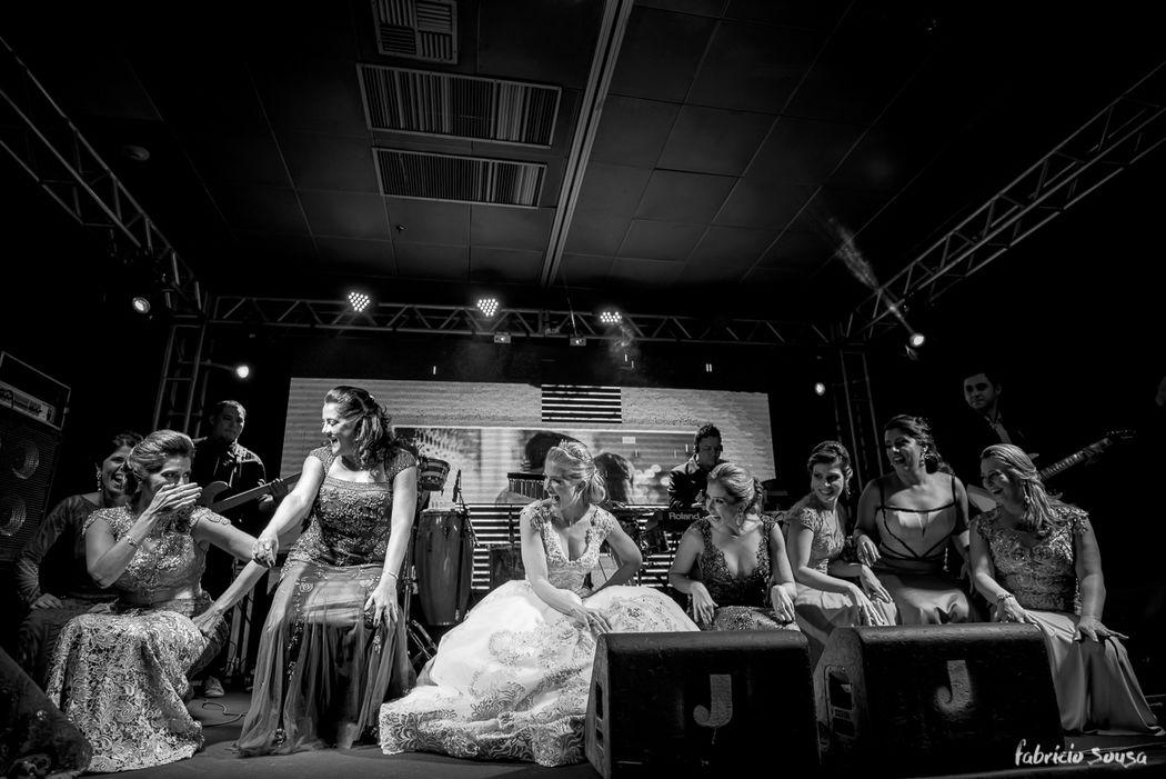 noiva e madrinhas descendo até o chão no palco