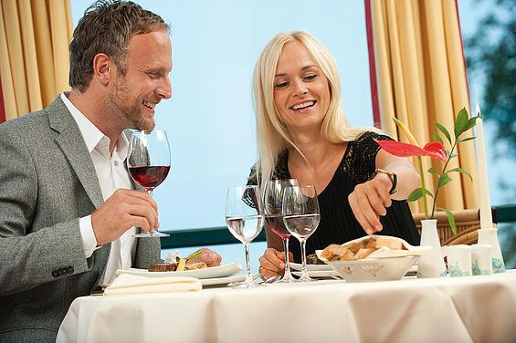 Beispiel: Dinner im Restaurant Gabbiano, Foto: Travel Charme Strandhotel Bansin.