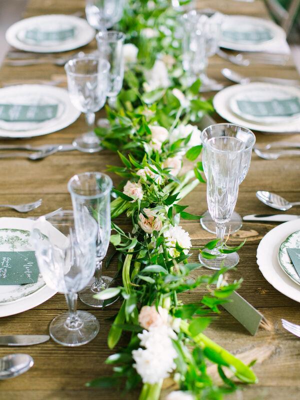 Винтажная посуда и гирлянда из живых цветов создадут атмосферу уюта на праздничном ужине