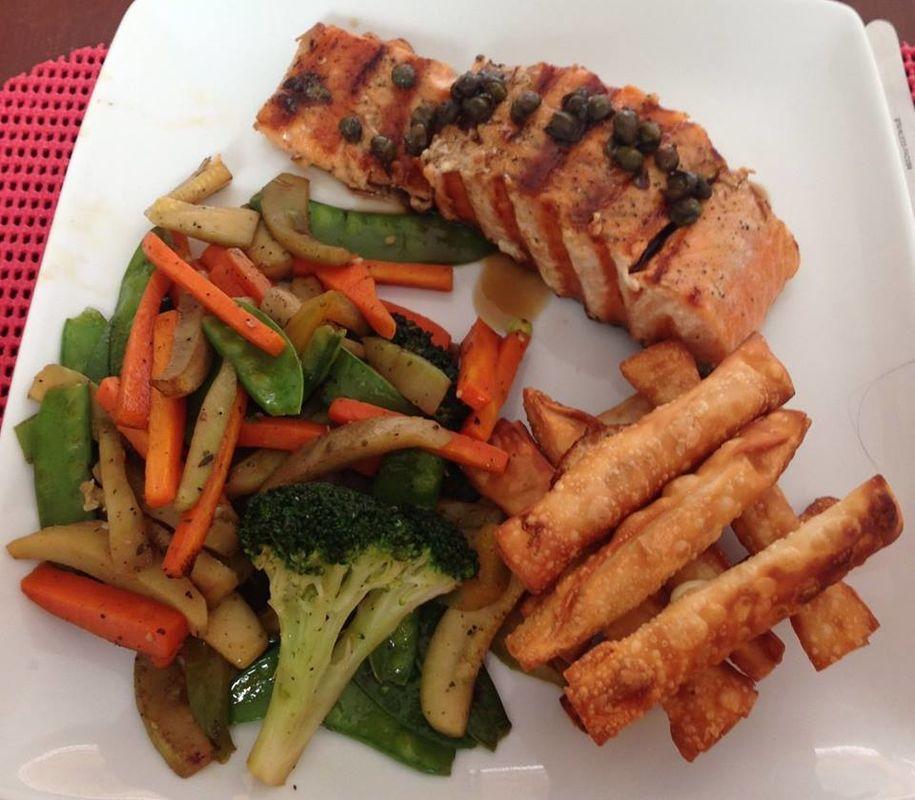 salmón con verduras salteadas y tequeños