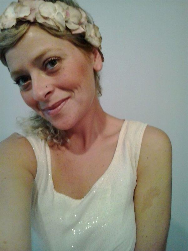Tocado de cuerda con flores nude beige y rosadas..