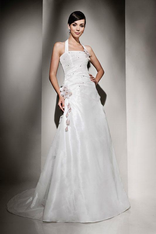 Beispiel: Elegantes Brautkleid, Foto: Brautstudio Schak.