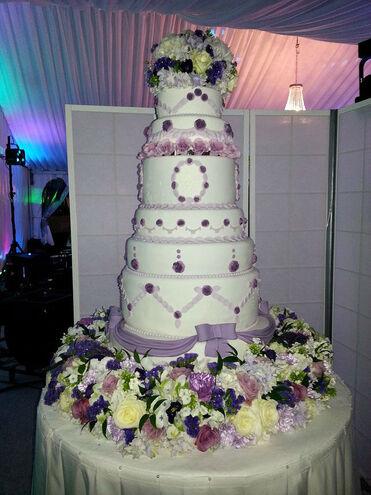 Beispiel: Hochzeitstorte mit lila-farbenen Elementen, Foto: Butterfly Dreams.