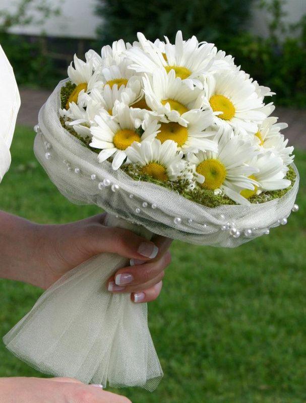 Das Lächeln des Sommers...eingefangen in einem Brautstrauß aus Margaritten und Tüll vom Brautkleid.