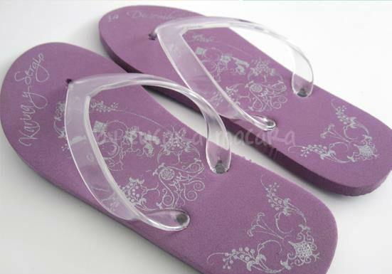 Sandalias personalizadas con base de color.
