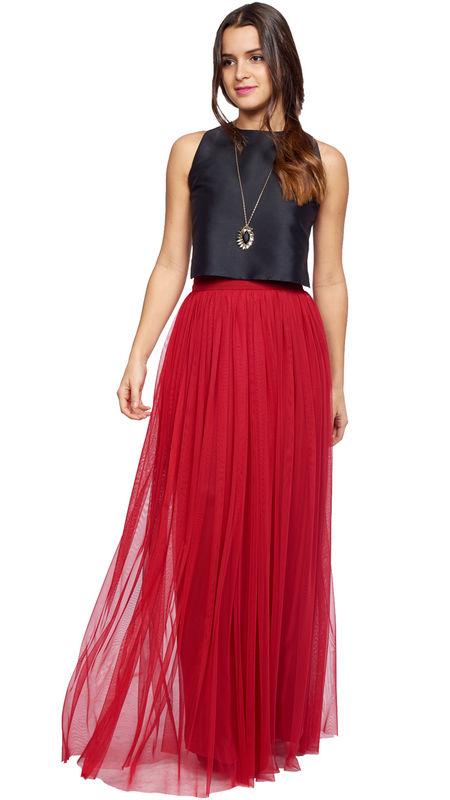 Conjunto de falda de tul y crop top con espalda cruzada perfecto para invitada, hermana de la novia...: http://www.dresseos.com/alquiler-vestidos-para-fiesta-boda-o-evento-formal/faldas/falda-larga-tul-roja-para-invitada-dresseos
