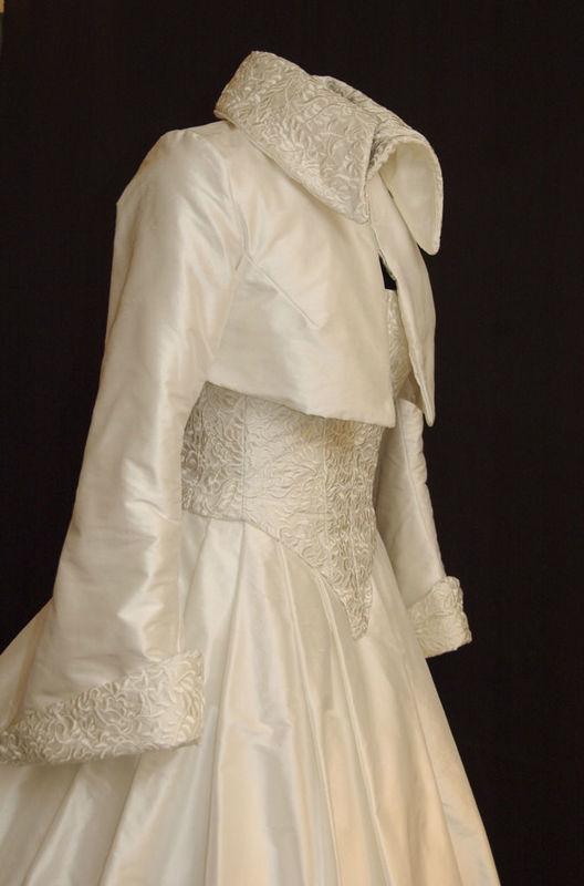 Robe de mariée en Soie brodée et boléro à manches longues assorti Agnès Szabelewski