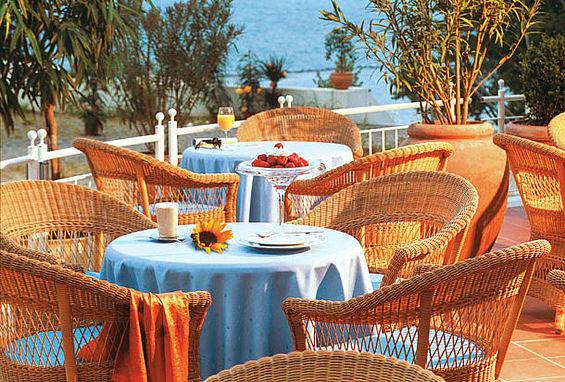 Beispiel: Terrasse, Foto: Travel Charme Kurhaus Sellin.
