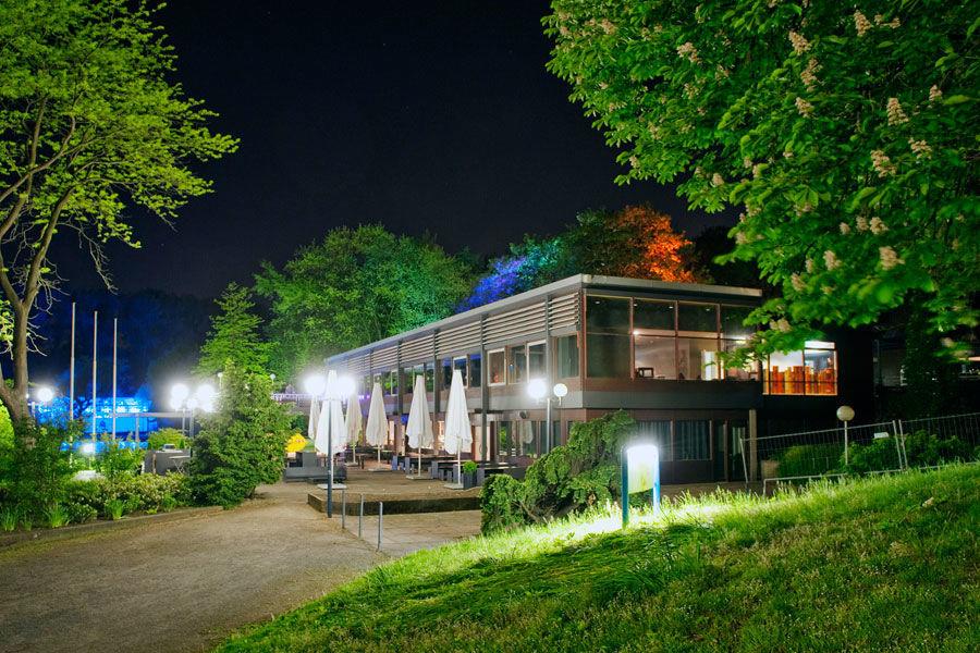 Beispiel: Außenansicht Nacht, Foto: Schürmanns im Park.