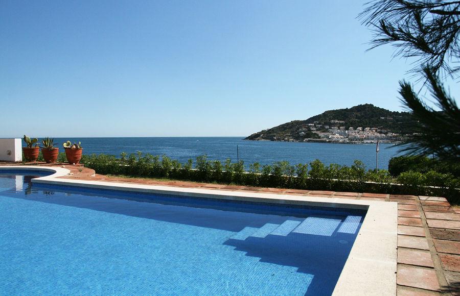 La piscina de unos 6x15m, cuenta con una escalinata de fácil acceso.