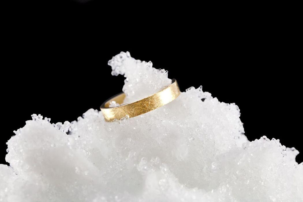 Alianza de oro amarillo con acabado hielo