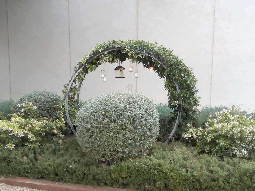 Decoración con velas colgantes y jaulas