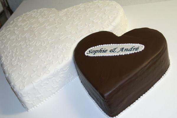 Beispiel: Hochzeitstorte - zwei Herzen, Foto: Cafe Kiess.
