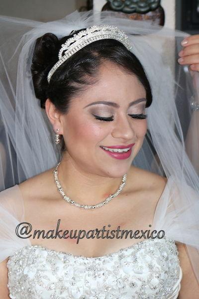 Colocación de velo  Novia preciosa y radiante.  Makeup Artist Mexico
