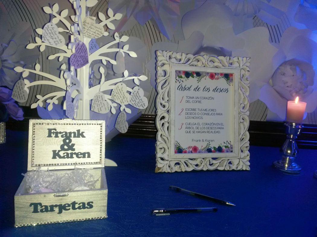Libro de firmas con árbol decorativo y fondo floral