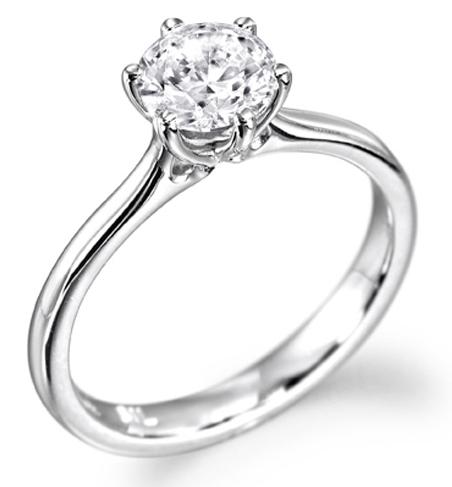 Nous vous présentons Ombeline, une majestueuse alliance en or blanc 18 carats, surmontée d'un sublime diamant. Un charme authentique pour une création raffinée et de toute beauté.