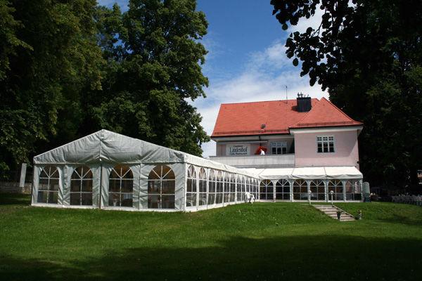 Beispiel: Feiern im Festzelt, Foto: Landhaus Lindenhof.