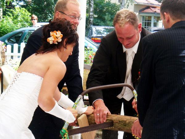 Beispiel: Hochzeitspaar beim Sägen, Foto: Berghotel Augustusberg.