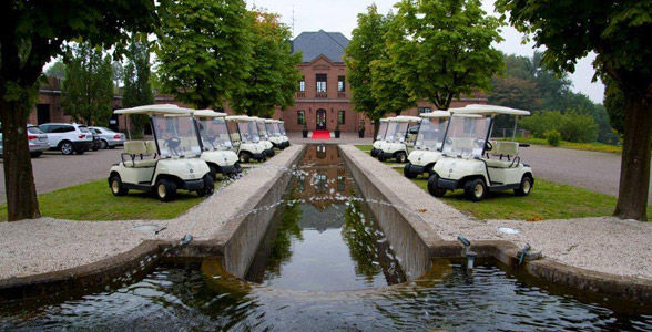 Beispiel: Clubhaus mit Golfcarts, Foto: Kosaido International Golf Club.