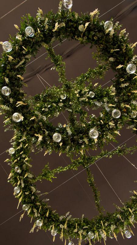 Estructuras de follaje y florales para decorar la carpa