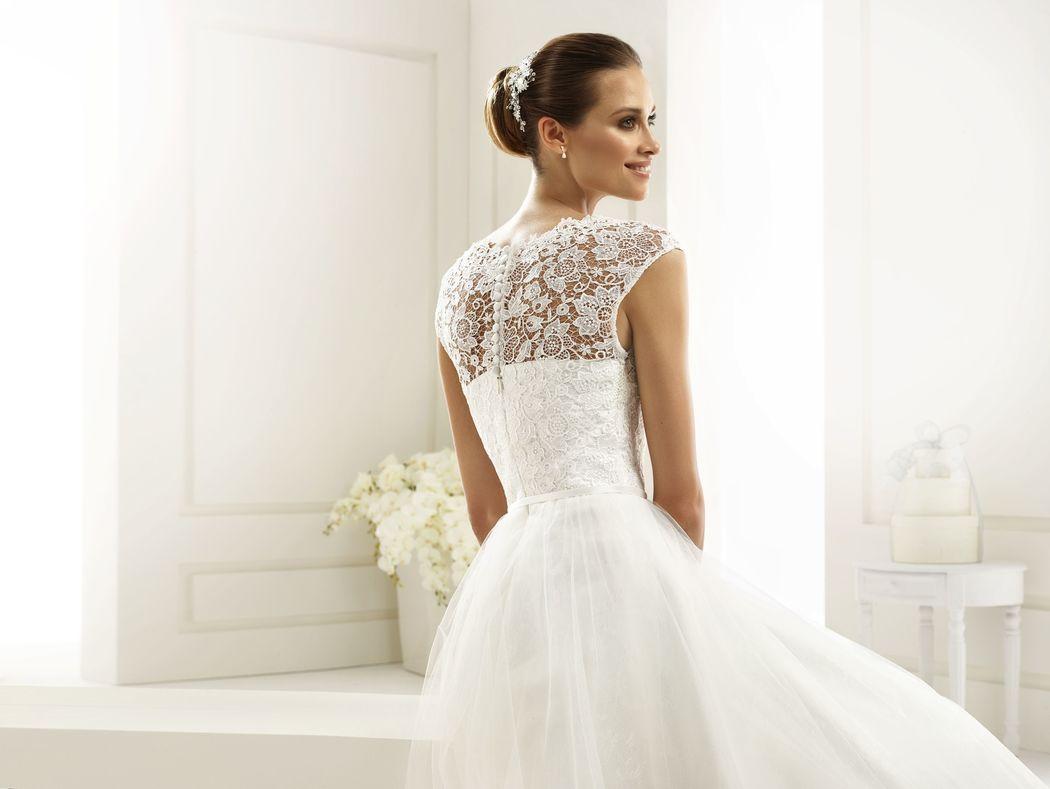 Brautkleid aus Spitze und Tüll, Haarschmuck mit Strass | Bianco Evento