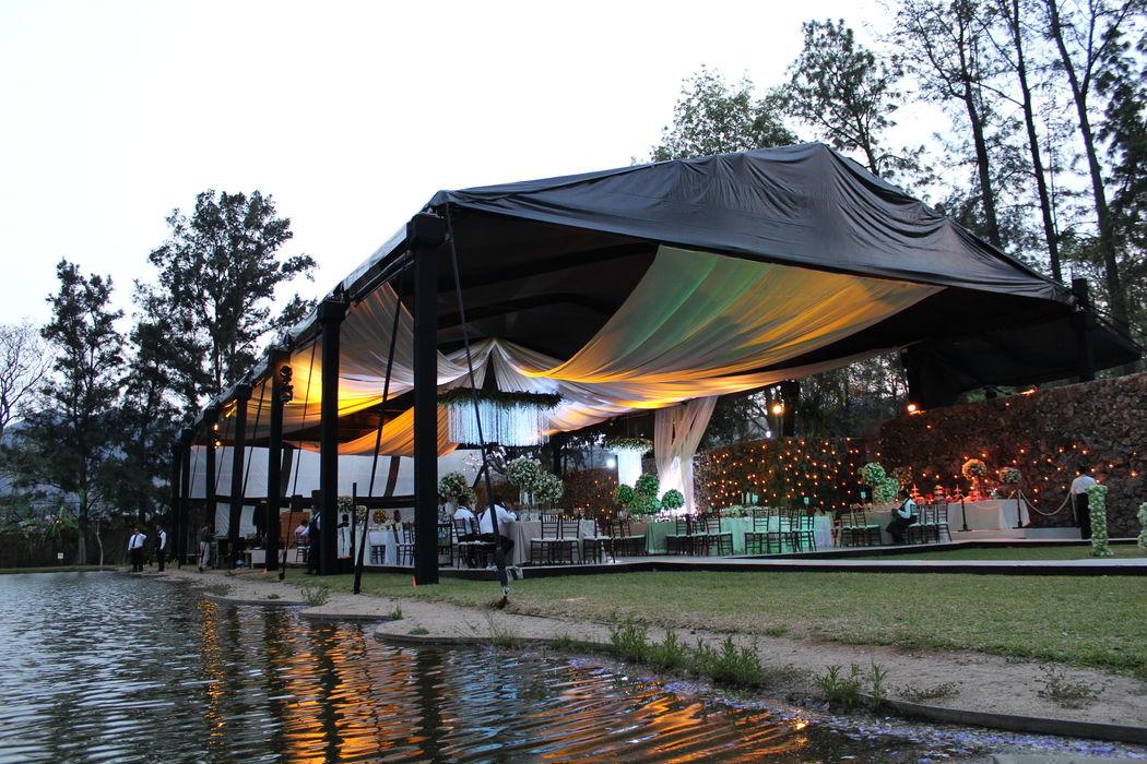 ::BODA:: Casa Dos Lagos , Oaxaca, Oax. Carpa negra con cortinas transparentes.