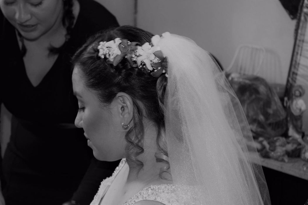 Alekssandra Gómez| Recogido desenfadado con tocado de flores naturales y velo