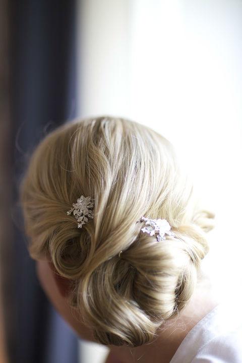Beispiel: Hochzeitsfrisur, Foto: Hochzeitsstyling Hair & Make-up by Jestina Schamberger.