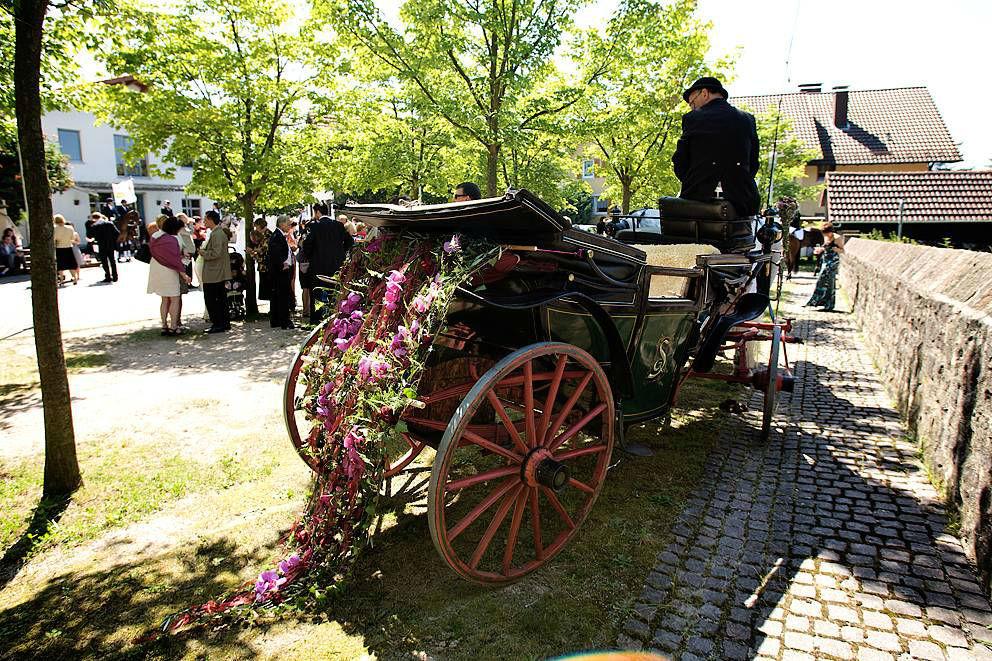 Beispiel: Blumenschmuck für die Hochzeitskutsche, Foto: Sarah Marx Eventfloristik.