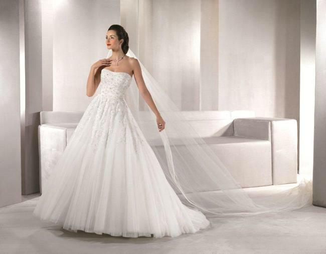 Beispiel: Elegante Brautkleider, Foto: Marry Me.