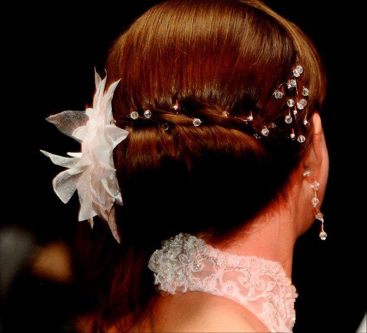 Flor realizada en seda y organza decorada con ramas pedrería cristal y perlas  - Cadena simple  de pedrería cristal y perlas