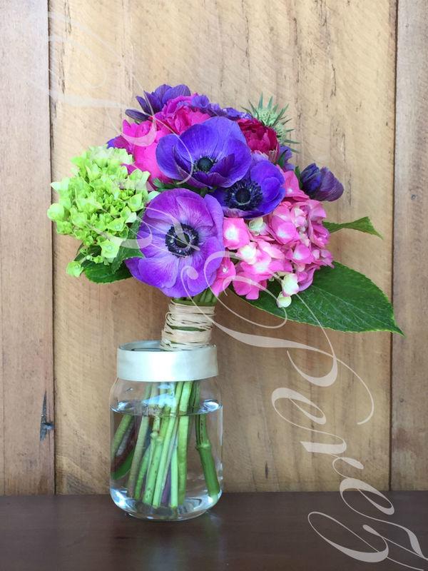 Ramo de Novia Colores Intensos, con hortensias, scabiosa, peonías y anémonas