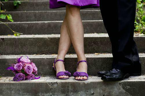Beispiel: Auf das Kleid und die Schuhe abgestimmter Brautstrauß, Foto: Stiel und Blüte.