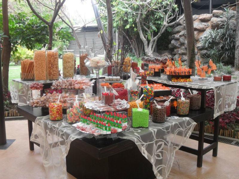 Montaje de mesas de postres con diseños en tendencia - Foto Dinara Banquetes