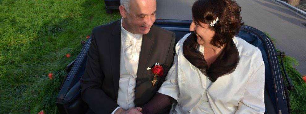 Beispiel: Brautpaar in der Kutsche, Foto: Kutschfahrten Behringer.