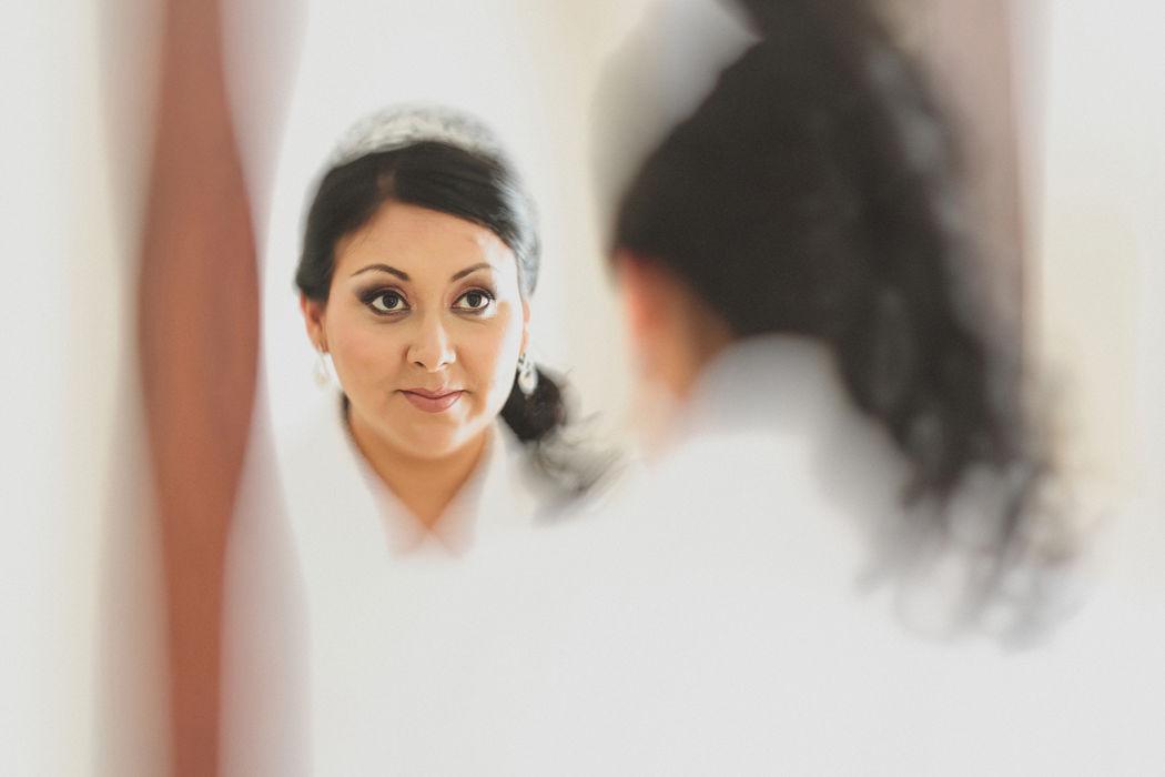 Estamos en los preparativos de la novia, desde el maquillaje hasta el vestido. El novio no la ve aún, ello sucede en otra sesión previamente coordinada.