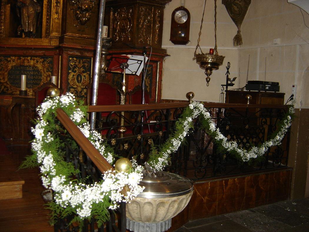 Guirnalda de flores y verdes para la barandilla de la Iglesia.