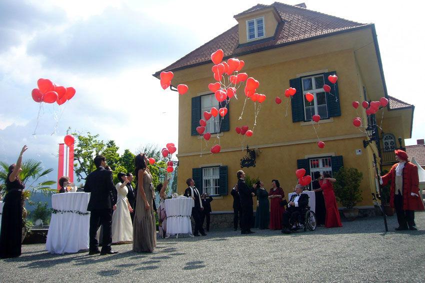 Beispiel: Hochzeitsgesellschaft vor dem Schloss, Foto: Schloss St. Veit.