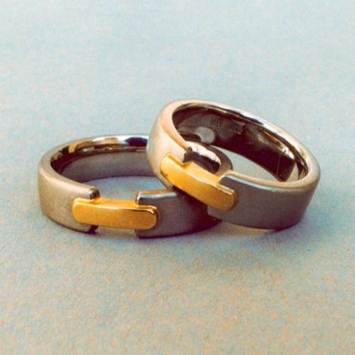 Beispiel: Silberner Trauring mit goldenen Details, Foto: Goldschmiedepunkt.