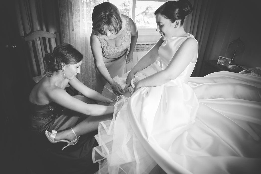 Preparación de la novia. Fotografiamos lo que ocurra sin interrupir ni pediros que repitéis nada. Pasamos lo más desapercebidos posible. Petites Engrunes Fotografia.