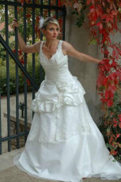 Beispiel: Brautkleid, Foto: Christ – Brautmoden.